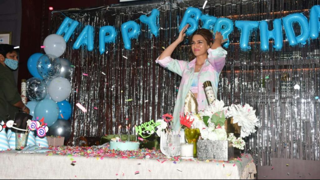 Kriti Sanon Birthday Special | Mimi Actor celebrates her birthday with a special screening of 'Mimi' and cake cutting