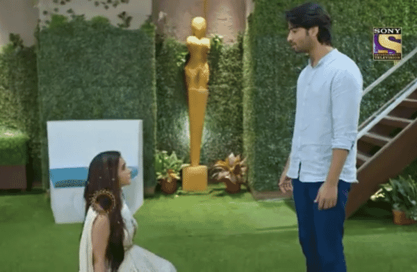 """Season 3 of Sony TV's famous show Kuch Rang Pyaar Ke Aise Bhi is now focusing on the changing relationships between the leads as well as a major revelation that throws everyone's life upside down. Sony Entertainment Television's new show has begun to garner popularity among its viewers. Sanjana, as we've seen, finds a fresh way to get closer to Dev. Sanjana shouts that she has discovered the one who will take her to her destiny, Rohit Verma. She is stunned, though, when she learns of his death. Read on the Major Twist: Sanjana goes down on her knees to proposes Dev in Kuch Rang Pyar Ke Aise Bhi below. Major Twist: Sanjana goes down on her knees to proposes Deve Aise Bhi Sonakshi and Dev had previously been unable to identify the owner of the voice, but Dev will undoubtedly oppose Sanjana's obsessive love, which has the potential to ruin many lives. Sanjana, on the other hand, told her coworker about her love tale. Sanjana now visits Dev at his home in the upcoming episode. She finally takes the plunge and falls to her knees. She reads him a poem and then proposes to him by saying, """"I Love You."""" Dev is taken aback, and Sonakshi, who has witnessed everything, is silent. Sanjana was inspired by her colleague's love tale and decided to tell Dev about her feelings. Is this for real or a dream only time will tell? Dev was overjoyed and relieved to see his family together. Sanjana tried but failed to profess her love for Dev. Neha afterward came to Dev's house with a dilemma. Neha would be angry with Dev and Sona in upcoming episodes for forgetting Ishwari's wedding anniversary. Dev will apologize to Ishwari and Ishwari will not take it personally. Ishwari, on the other hand, will detect an issue for Neha. Ishwari and Dev will question Neha about it, but she will have a fit and strike out at them. Sanjana, on the other hand, will be linked to Ayush's father, Rohit Verma, although she would be shocked to learn of his death. Sanjana would reveal her emotions for Dev later, s"""